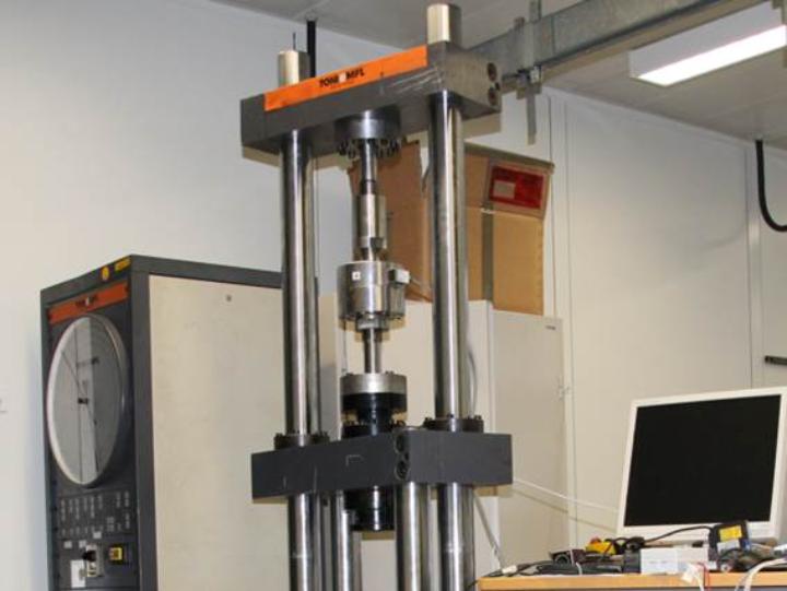 Zug-Druck-Prüfmaschine (c)